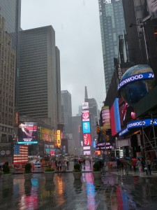 time-square-bei-regen-new-york-city
